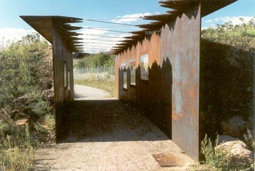 2000 Nahtstelle_Müll Fenster zur Deponie GroßSkulptur an der Deponie Wicker/Flörsheim